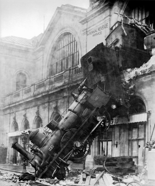 Train_wreck_at_Montparnasse_18951