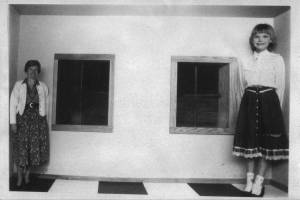 O4 Ames Room with Birgit and Ingrid Brill 1